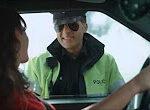 Frau bei Führerschein Kontrolle