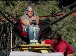 Mann fliegt mit Katapult