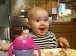 Baby lacht ganz böse