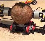 Kokosnuss mit LEGO knacken