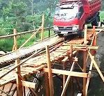 Der Laster auf der Holzbrücke