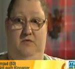 Fette Frau isst Klopapier